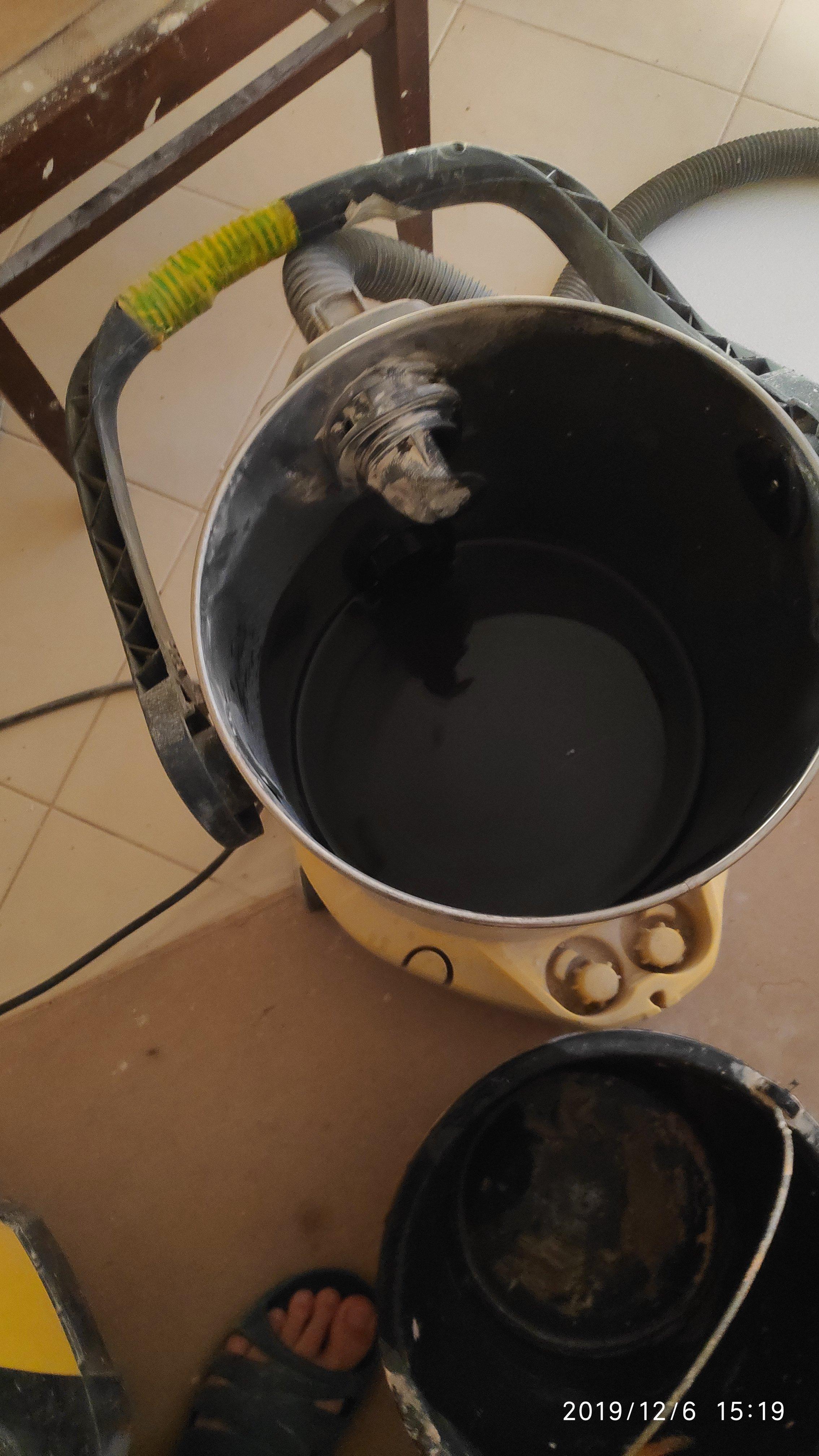 Как слить воду из низковисящего радиатора отопления.