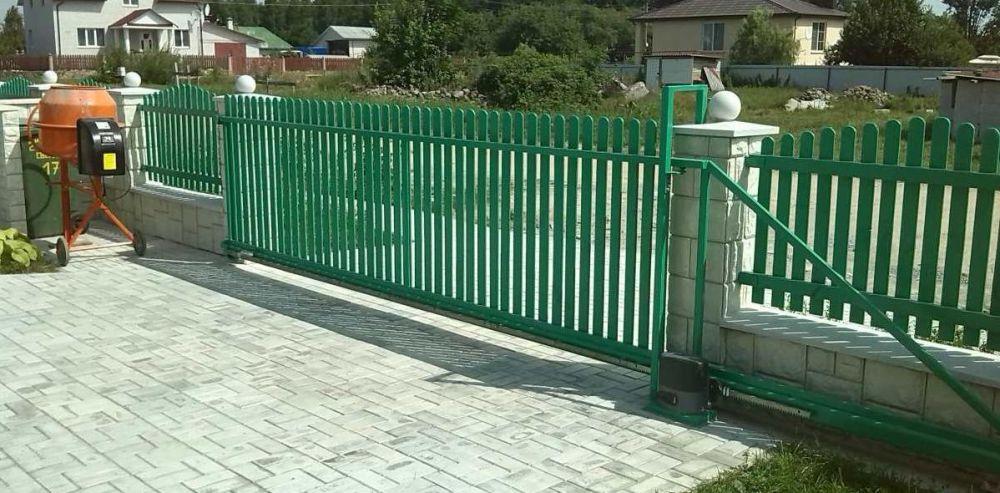 Раздвижные ворота в заборе для въезда в гараж