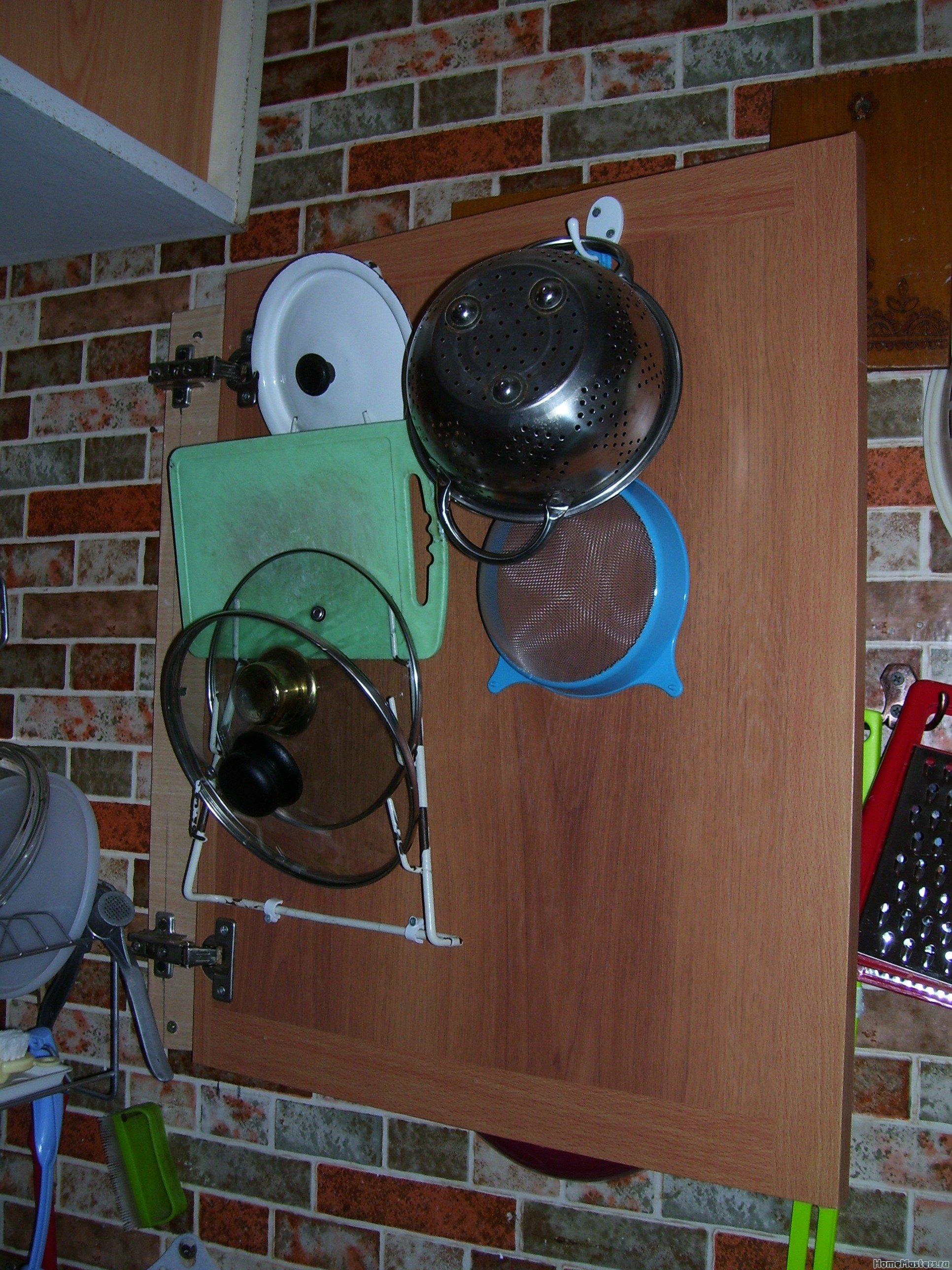 Дверца, закрывающая сушилку для посуды.