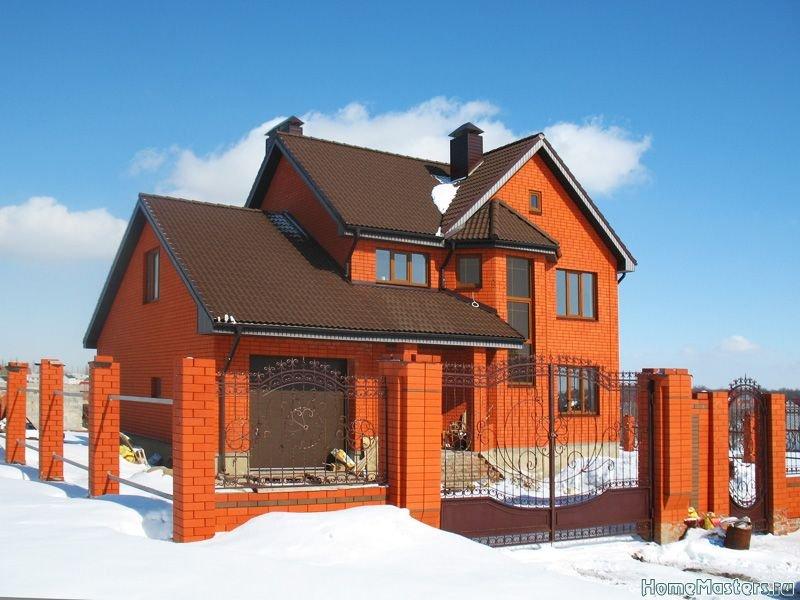 Дом и забор из Оскольского кирпича красного цвета