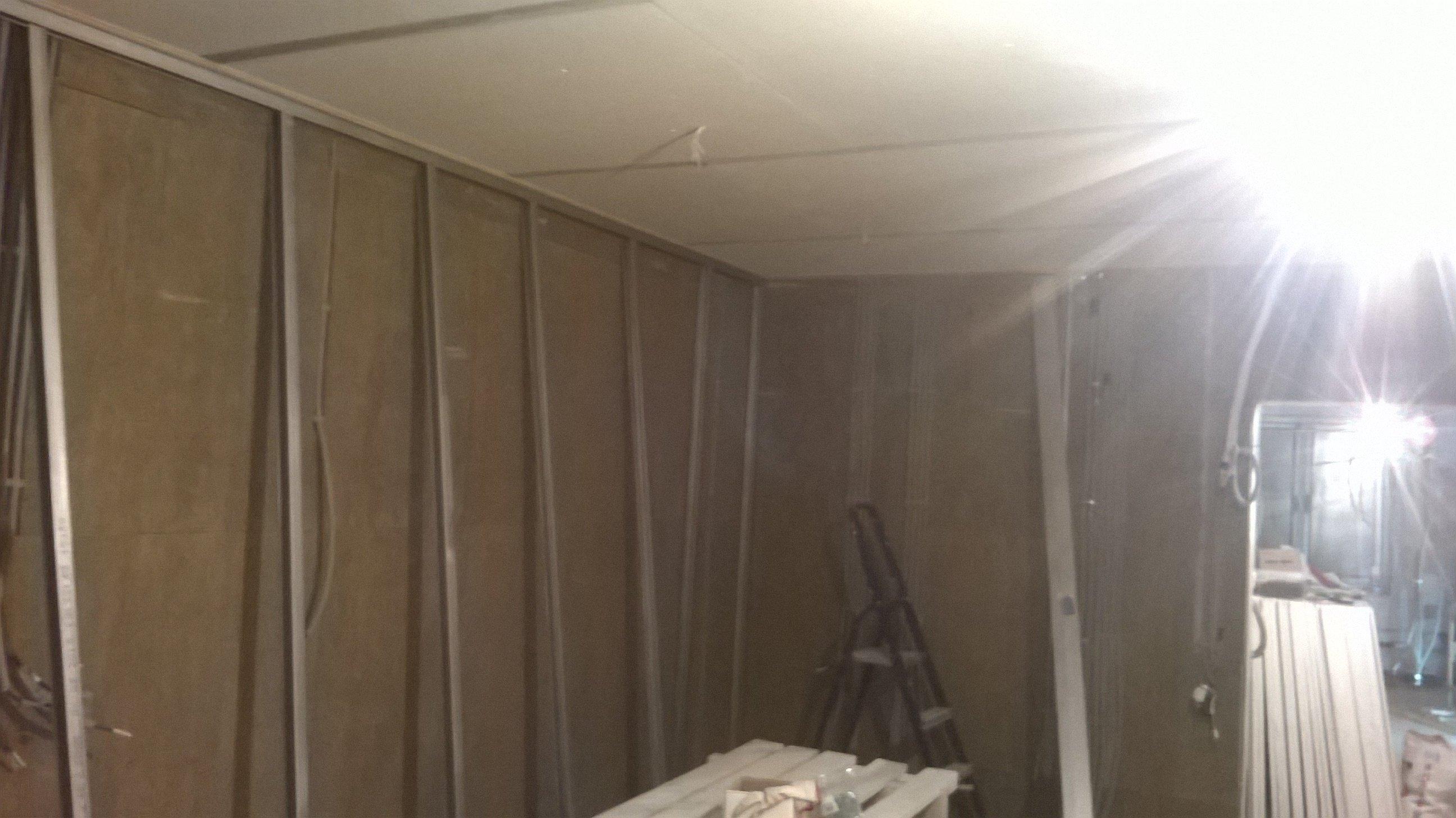 Каркас для звукоизолирующей зашивки стены.
