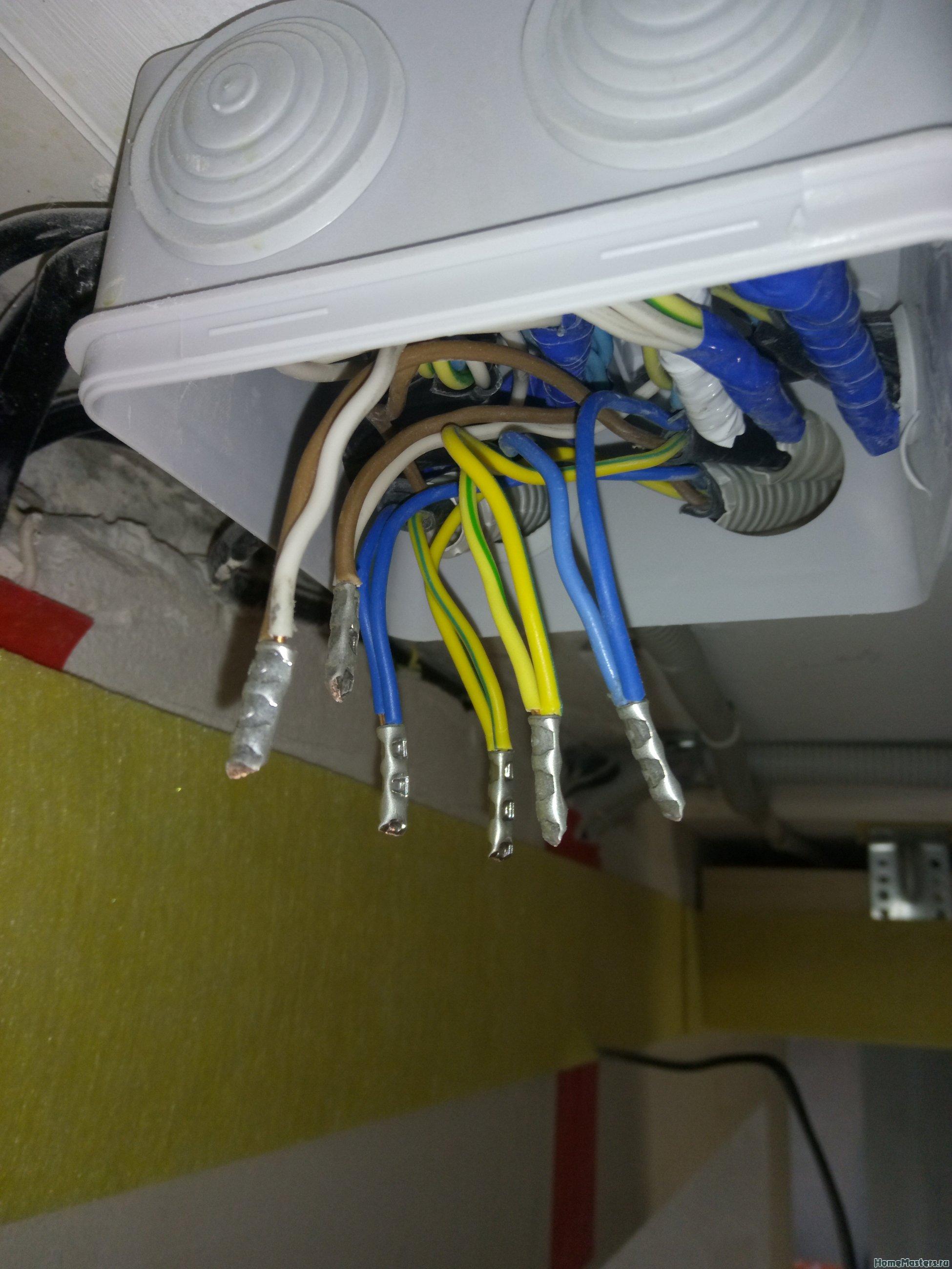 Предыдущие электрики не очень правильно собрали распред-коробку, пришлось перебирать. Соединения собраны на не разборные гильзы ГМЛ.
