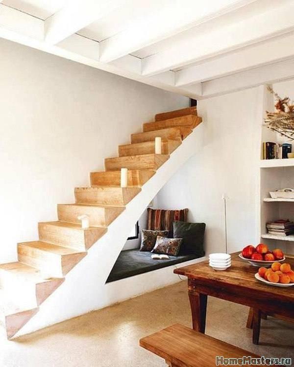 Лежанка под лестницей
