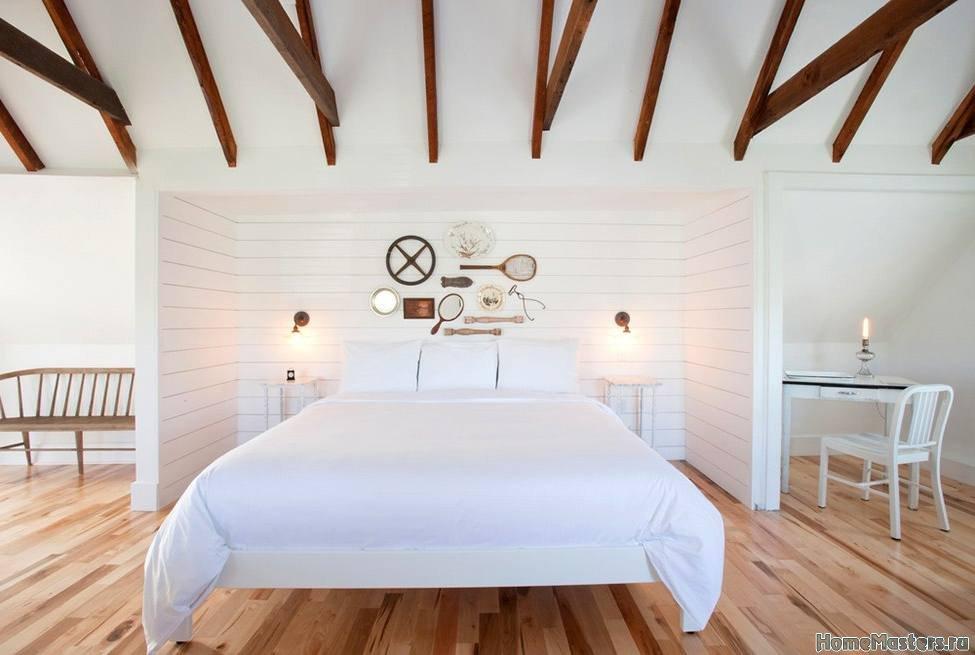 Светлая спальня под крышей