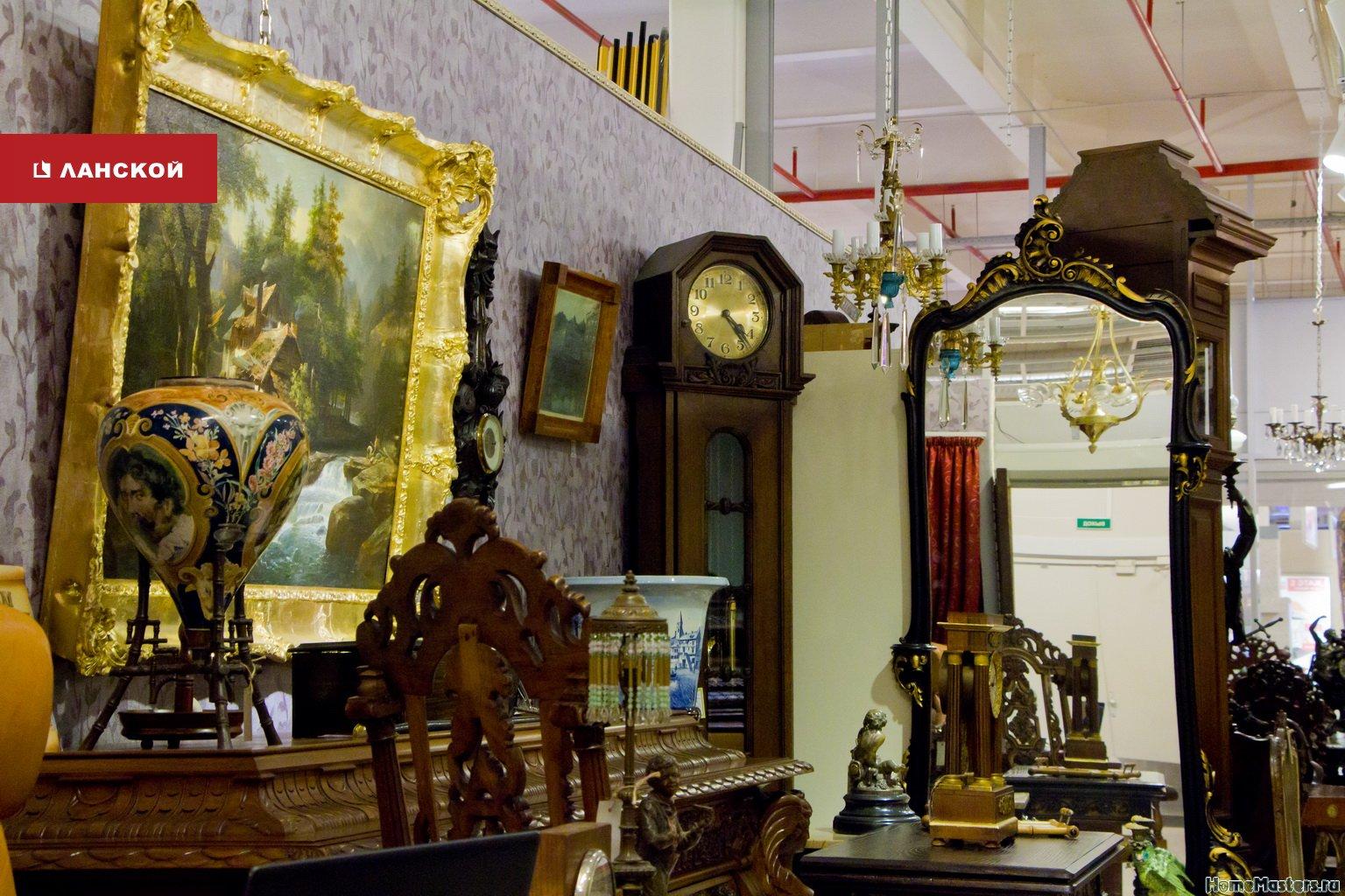 часы, статуэкти, мебель, старинные зеркала в антикварном салоне Санкт-Петербурга