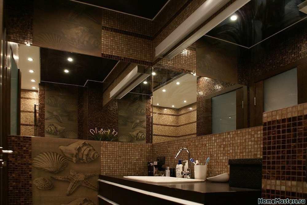 Уголок в ванной в коричневой мозаике