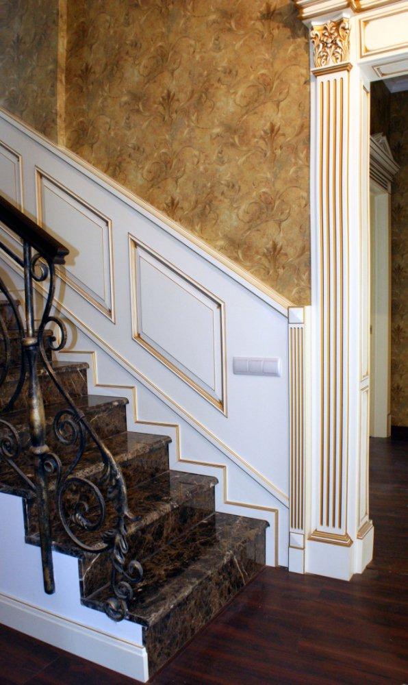 Фрагмент лестницы с порталом Royal Interni