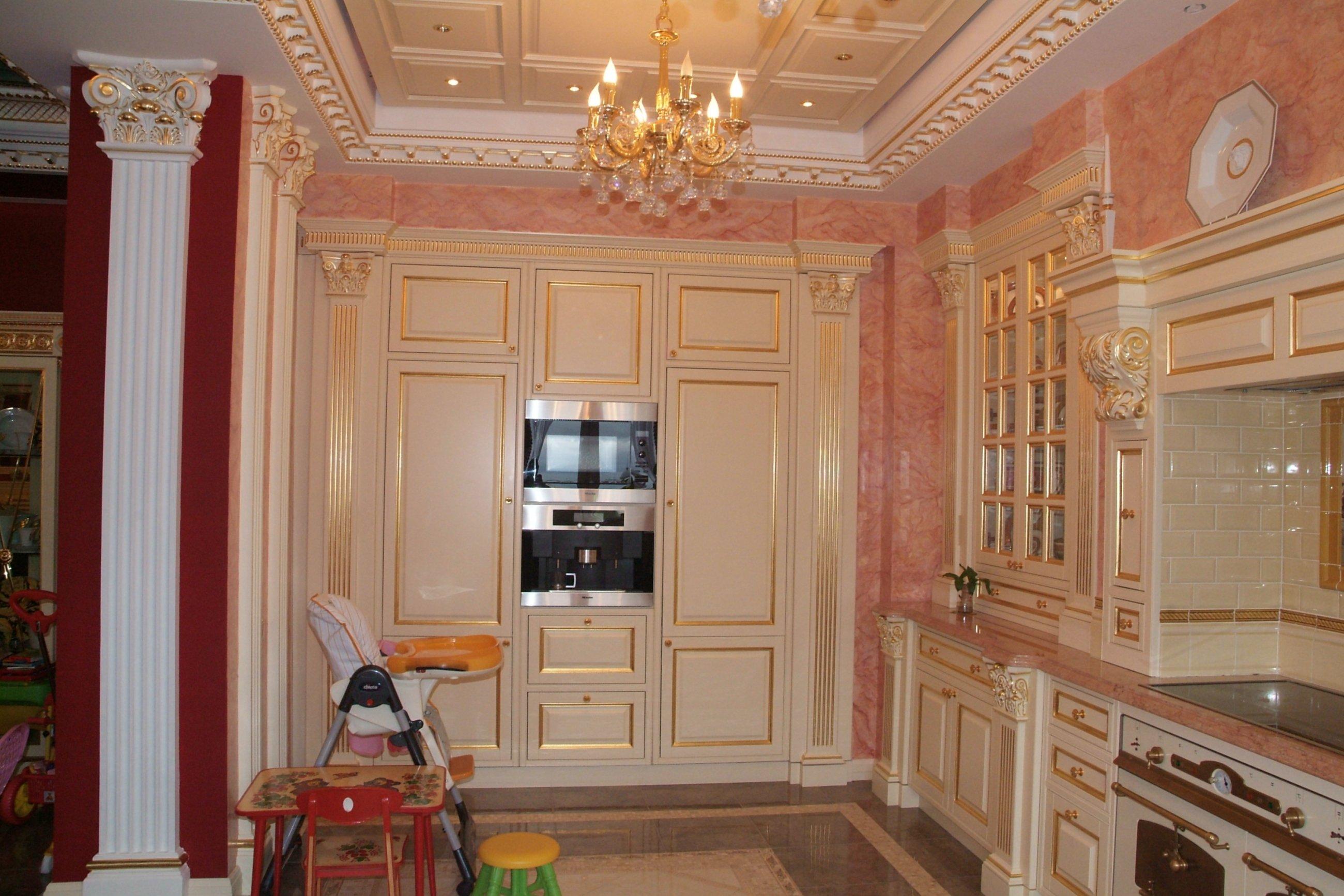 отд шкаф белой кухни с золотом