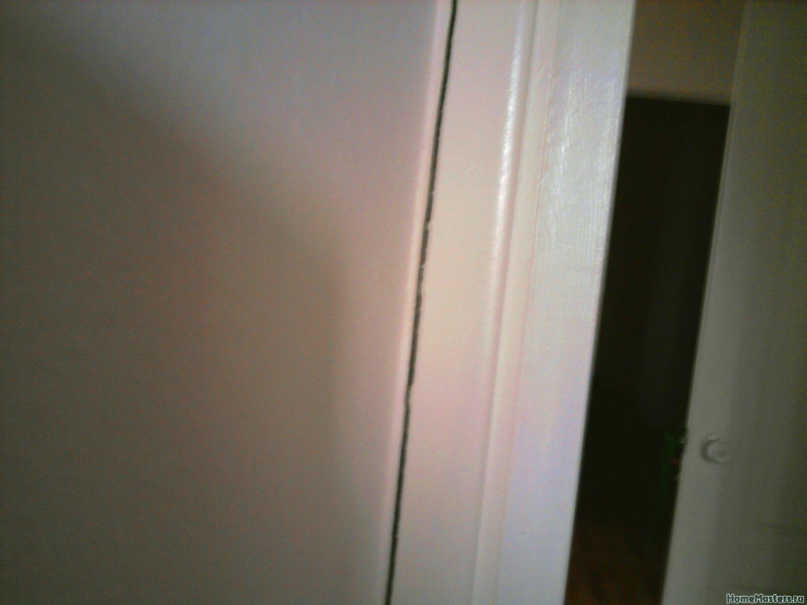 щель между коробкой двери и стеной, вид из кухни