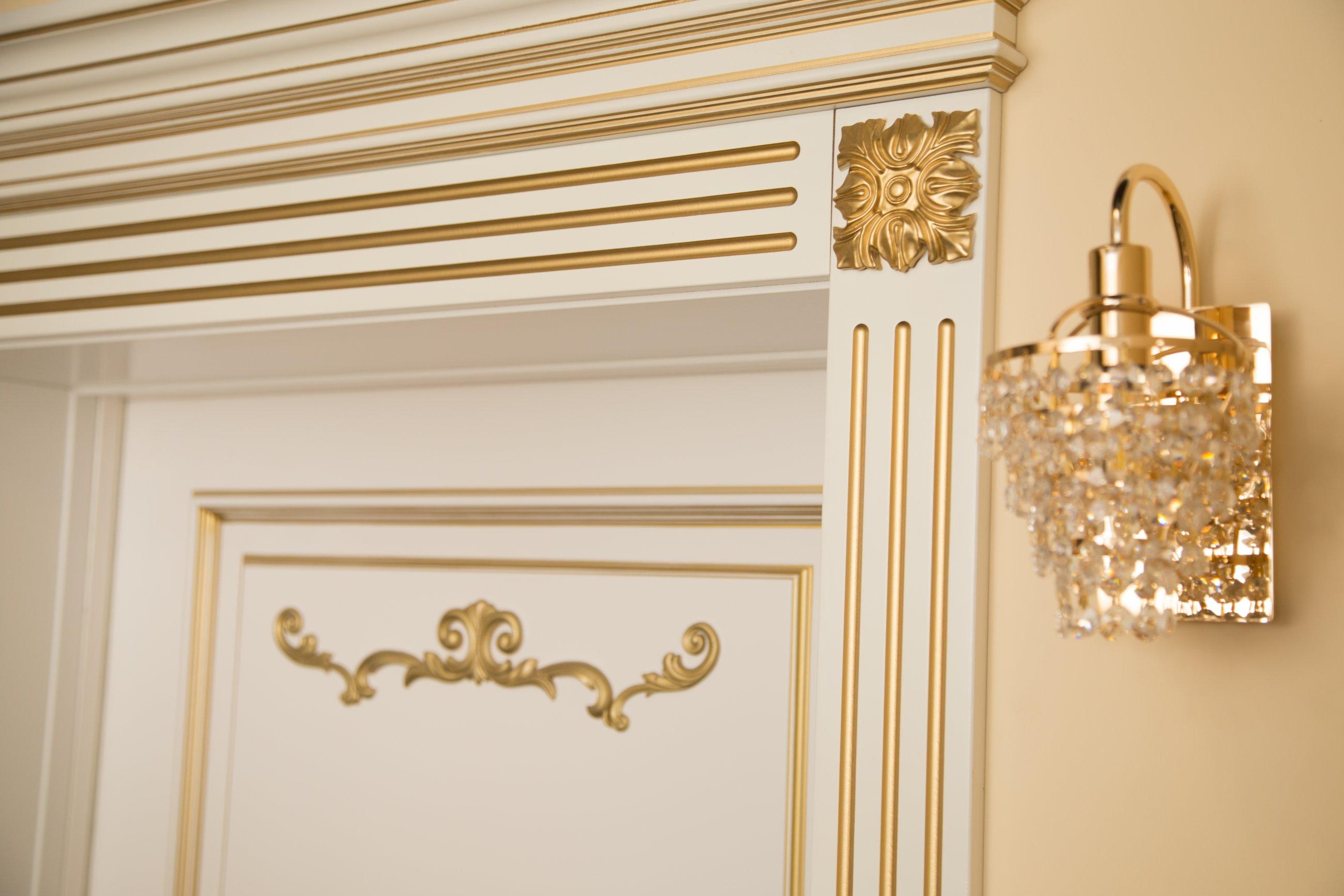 Пример золотого декора на межкомнатной двери