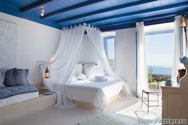 Спальня с синим потолком