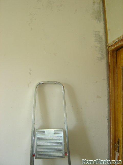 Белая фигня на бетонной стене