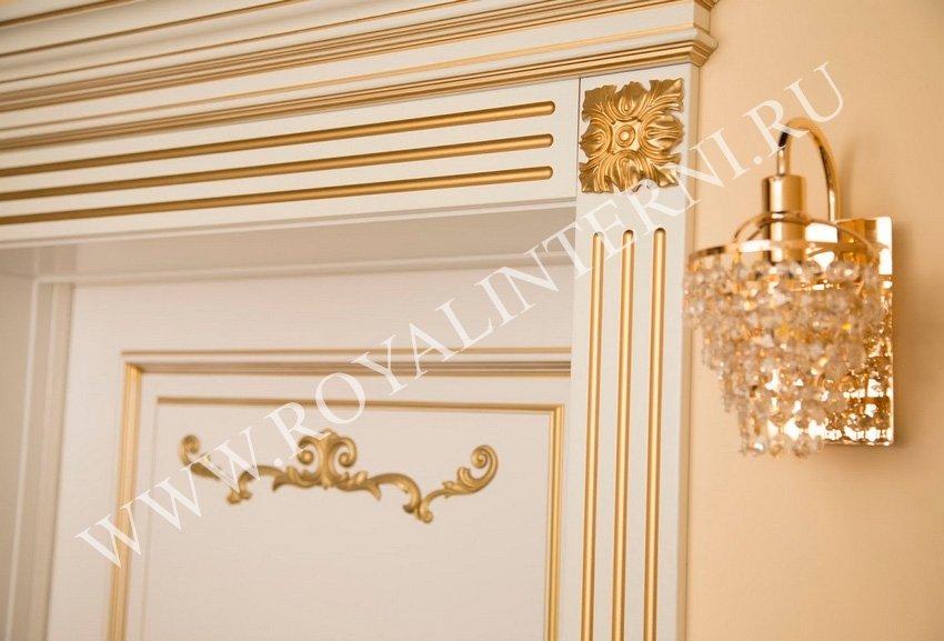 Декор золотом на сандрике и наличниках