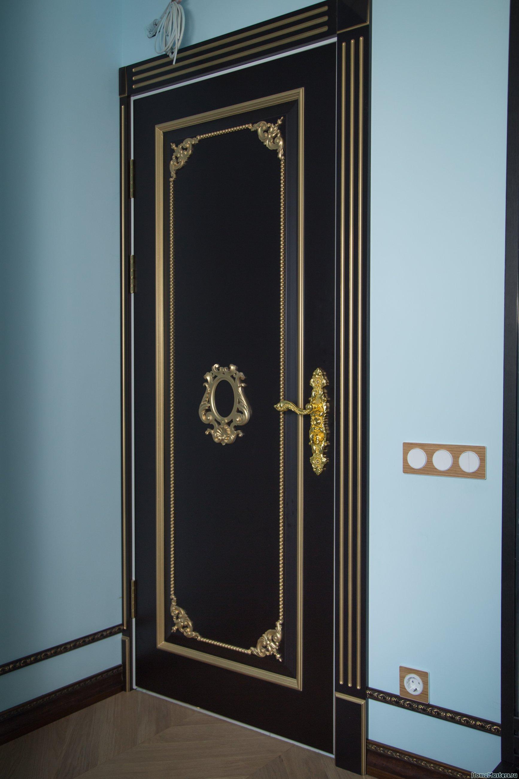 Элитная темная шпонированная дверь с золотым декором