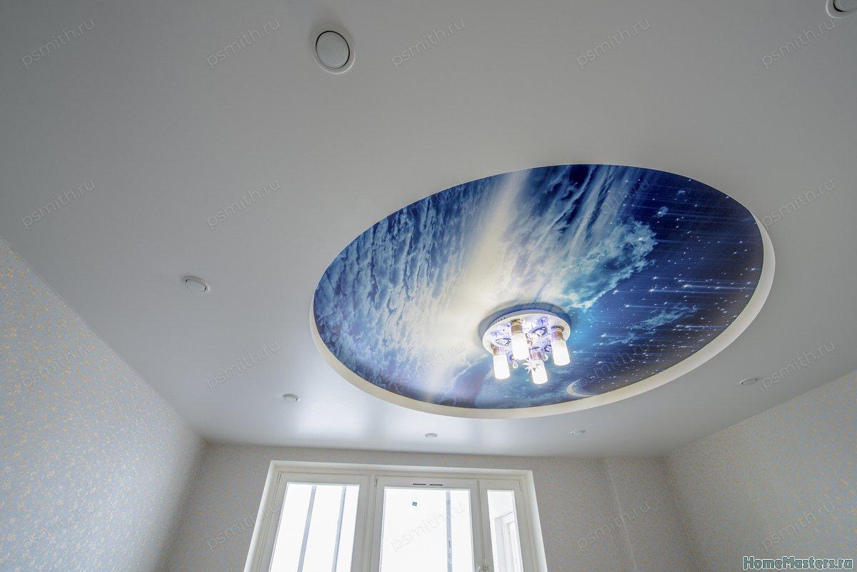 Многоуровневый натяжной потолок с фотопечатью в гостиной