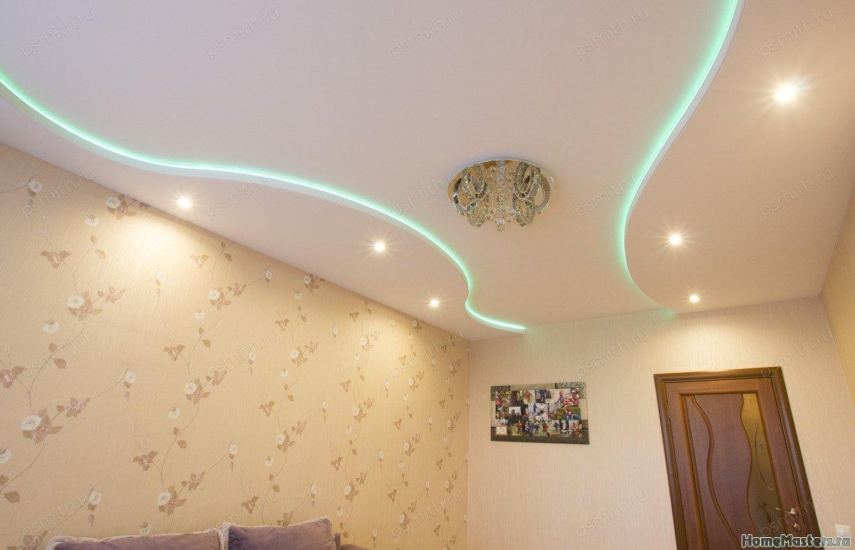 Многоуровневый тканевый натяжной потолок в гостиной