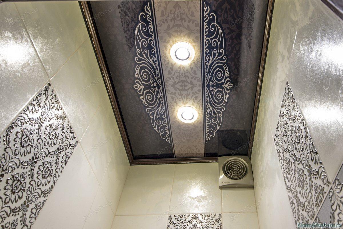Многоуровневый натяжной потолок в туалете с фотопечатью