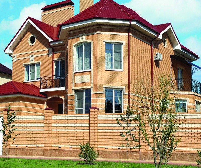 Дом из одинарного кирпича солома с вставками из кирпича цвета слоновая кость