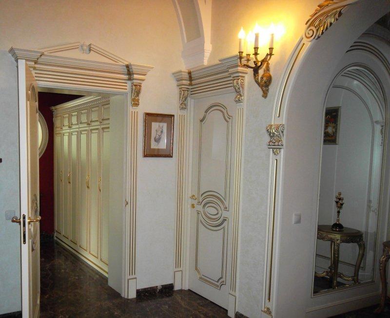 белые двери и портал вид из коридора