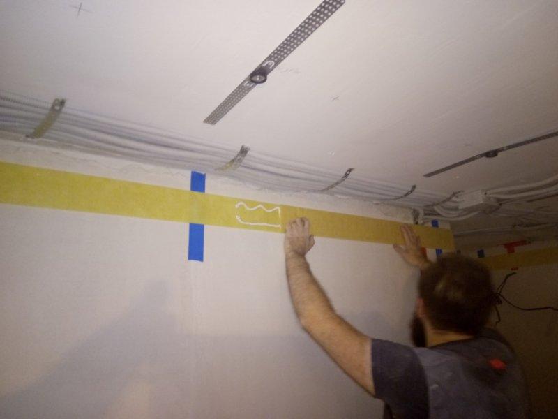 По периметру потолка, (в местах крепежа профиля) клеится лента Вибростек в два слоя на герметик Вибростек.