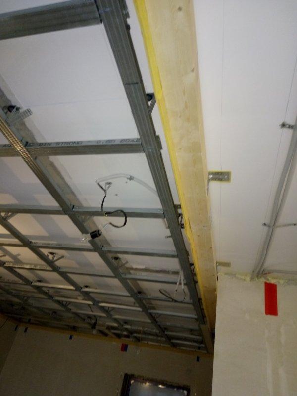 Слева каркас потолка, справа планируется такая-же звукоизоляция с обшивкой.