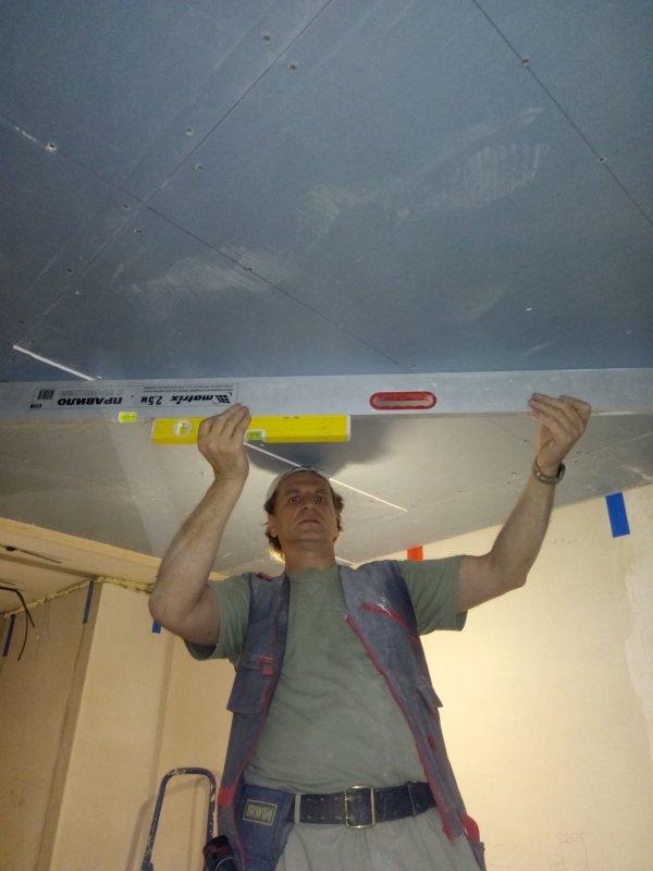 Окончательная проверка качества сборки потолка.