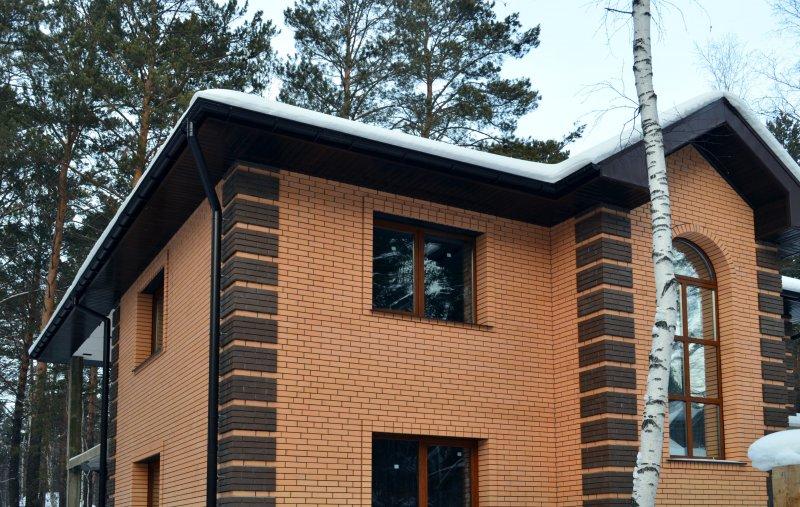 Дом из кирпича цвет солома с вставками из коричневого кирпича