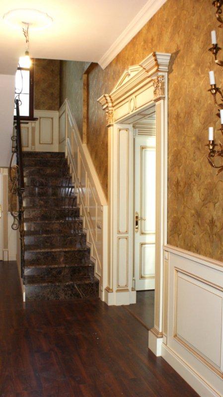 Фото мраморной лестницы с порталом