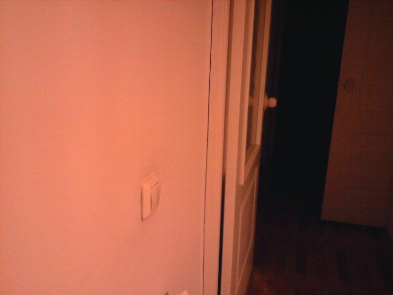 щель между коробкой двери и стеной