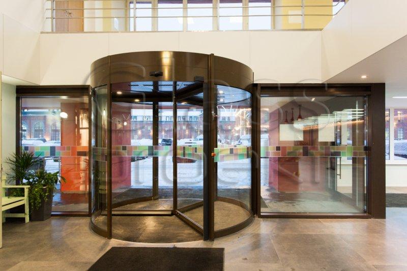 Светопрозрачные конструкции витражей с автоматической карусельной дверью