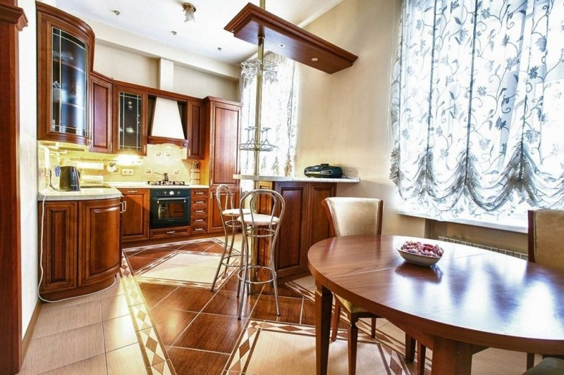 Кухня с классической мебелью