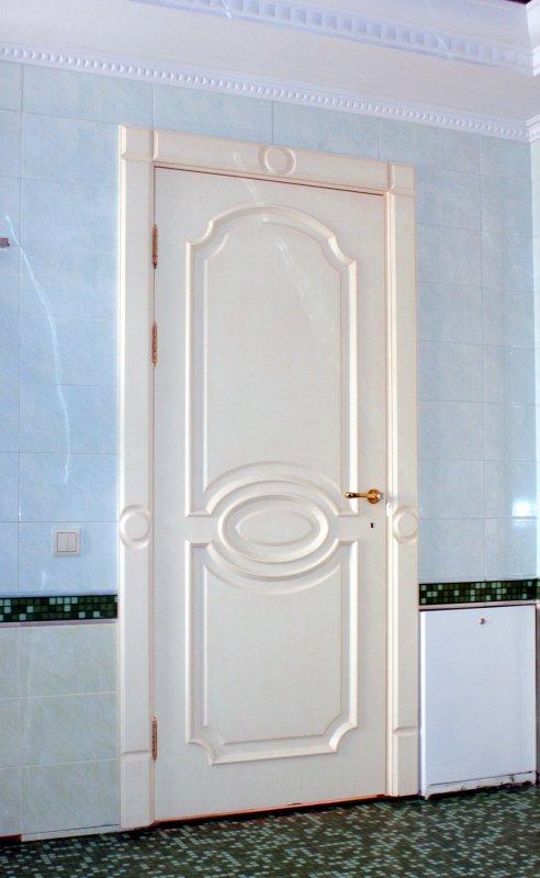 Фото белой межкомнатной двери Франсуа в ванную комнату от Роял Интерни