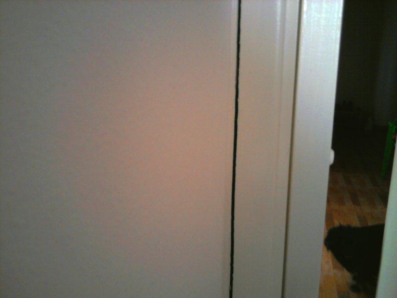 трещина между коробкой двери и стеной, кухня