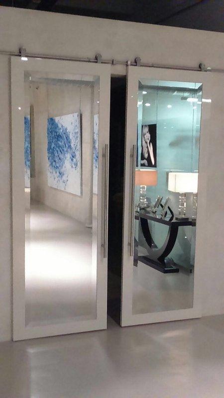 фото двойной подвесной двери с зеркальными фасадами