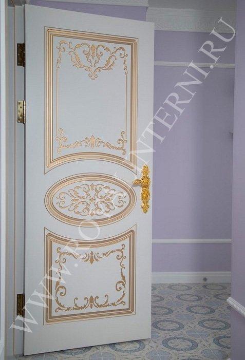 Белая межкомнатная дверь Глория с золотым декором