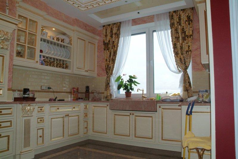 П образная белая кухня с золотом