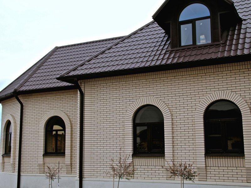 Красивый фасад дома из белого керамического кирпича