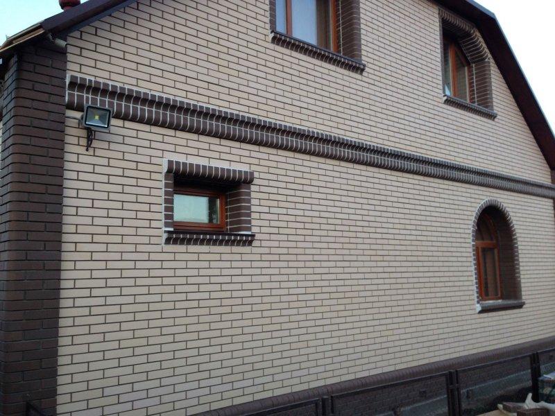Дом из белого и коричневого Старооскольского облицовочного кирпича