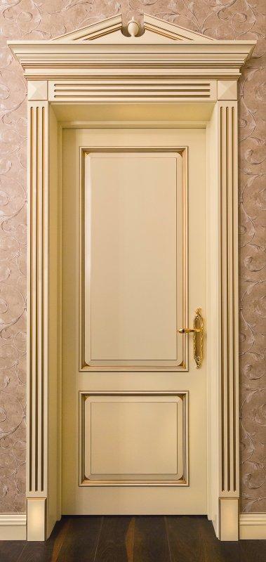 Фото элитной межкомнатной двери Альберт с наличниками и сандриком