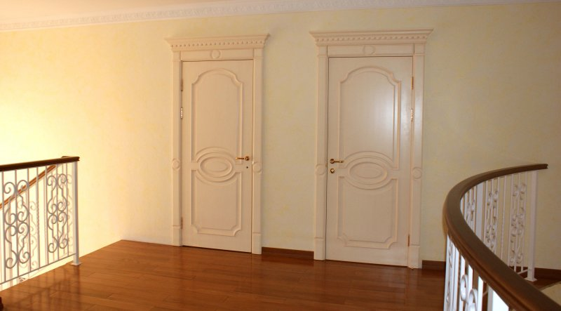 Фото  белых межкомнатных дверей Франсуа из массива дуба и МДФ
