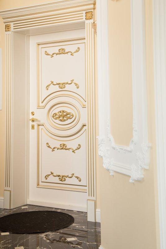 элитная белая межкомнатная дверь декорирование золотом