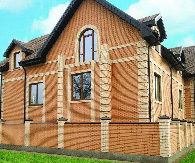Дом из кирпича солома яркого оттенка и кирпича цвета слоновой кости