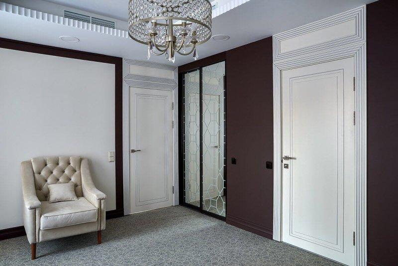 Фото белых дверей модерн в холле, материал мдф и  лак от Роял Интерни