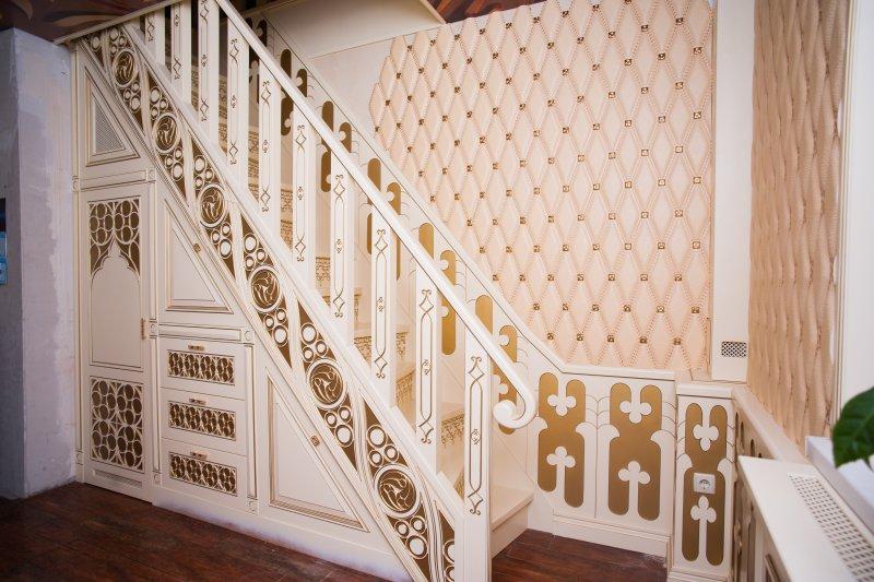 Фото белой лестницы из массива от Роял Интерни