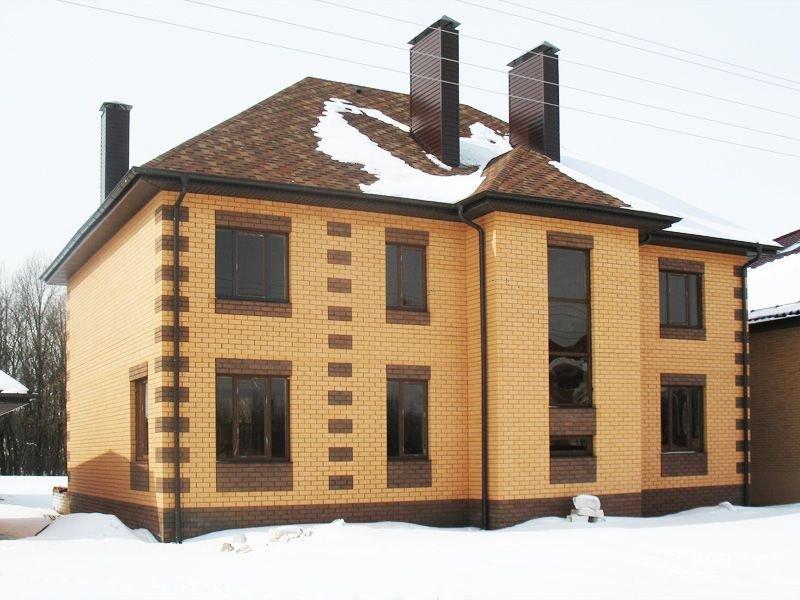 Дом из кирпича цвета солома и шоколад