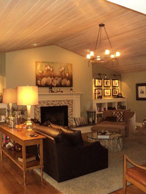 Интерьер гостинной комнаты с камином