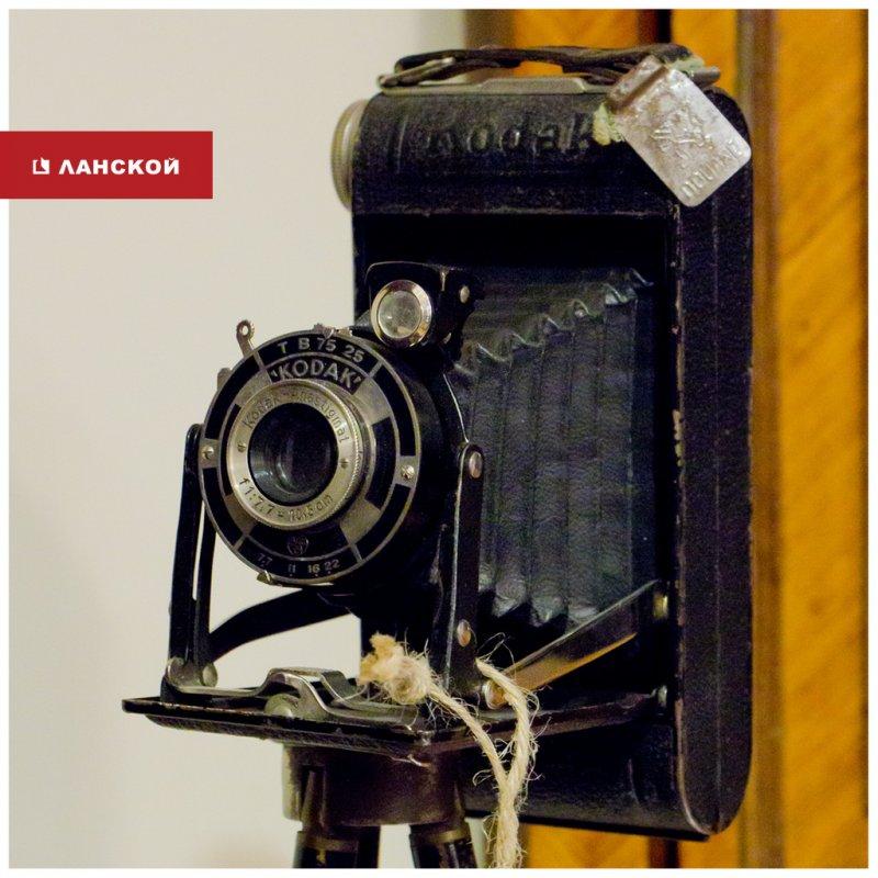винтажный фотоаппарат в салоне антиквариата