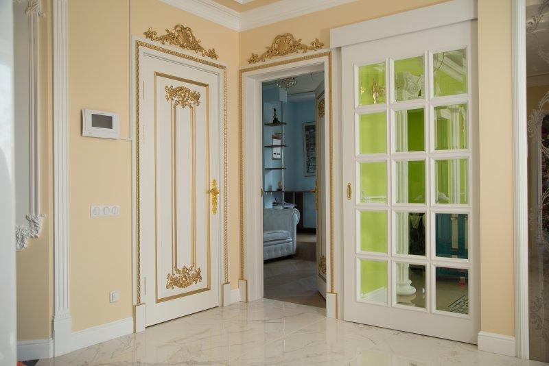 элитная белая раздвижная дверь с прозрачными стеклами