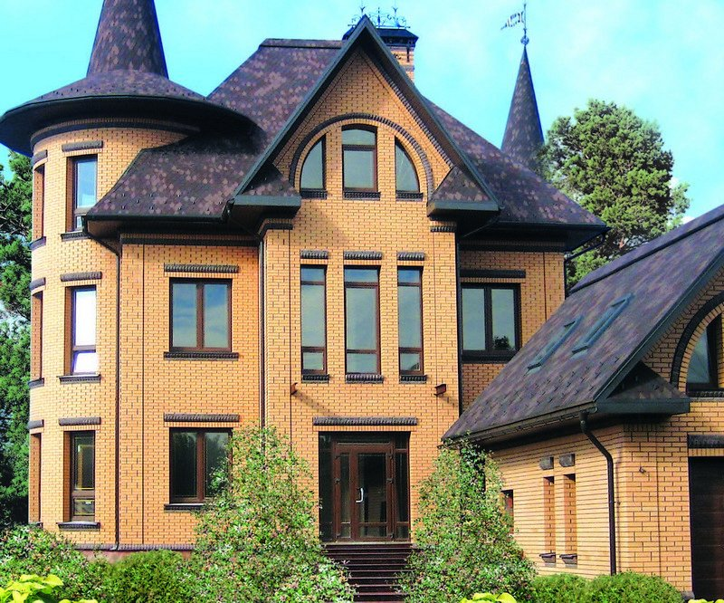Дом из одинарного соломенного кирпича с коричневой крышей и  вставками