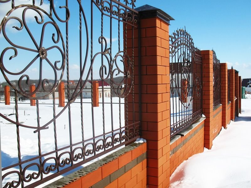 забор из красного и коричневого полуторного кирпича